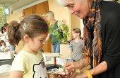 Alle Kinder sind vom riesigen Atlasspinner begeistert