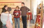 interessierte Besucher in der Ausstellung