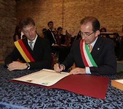 Aalens mayor, Martin Gerlach and Roberto Zoffoli, mayor of Cervia, signing the sister city charter