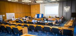 Blick in den Großen Sitzungssaal: Die Lagebesprechung des Verwaltungsstabs der Stadt Aalen.