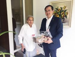 Erster Bürgermeister Steidle überbrachte die Glückwünsche an Helene Kaufmann.