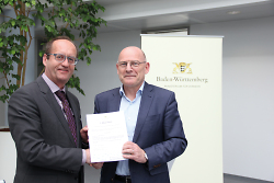 Bürgermeister Karl-Heinz Ehrmann nahm am vergangenen Freitag in Stuttgart die Urkunde von Verkehrsminister Winfried Hermann entgegen.