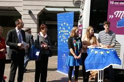 Begrüßung Infobus zur Europawahl