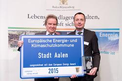Umweltminister Franz Untersteller übergibt OB Thilo Rentschler die Auszeichnung