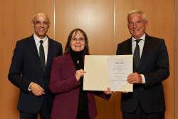 Innenminister Thomas Strobl überreichte die Urkunde an Wasseralfingens Ortsvorsteherin Andrea Hatam. Links: Fritz Link, Präsident des Heilbäderverbands.
