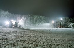 Nachtaufnahme des Ostalb-Skilifts