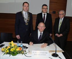 Dr. Wolfgang Schäuble trägt sich in das Goldene Buch der Stadt Aalen ein