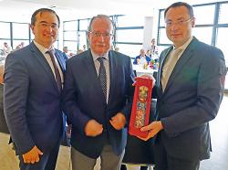 Oberbürgermeister Thilo Rentschler und Erster Bürgermeister Wolfgang Steidle gratulierten Dr. Eberhard Schwerdtner zum 75. Geburtstag.