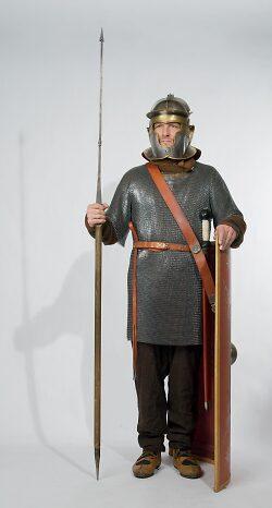 Auf diesem Bild ist Wolfgang Adelsberger in typisch römischer Kleidung und Ausrüstung zu sehen.