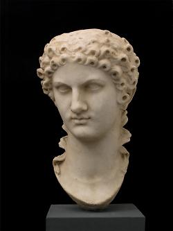 Auf diesem Bild ist die Büste von der Kaisermutter Agrippina im Limesmuseum Aalen zu sehen.