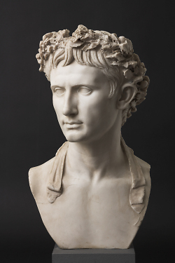 Auf diesem Bild ist die Büste von Kaiser Augustus im Limesmuseum Aalen zu sehen.