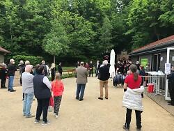 Auf diesem Bild sieht man die geladenen Gäste bei der Saisoneröffnung 2021 im Besucherbergwerk Tiefer Stollen am 3. Juni.
