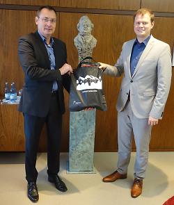 Auf diesem Bild sind Aalens Oberbürgermeister Thilo Rentschler (links) und Heidenheims neuer OB Michael Salomo bei dessen Antrittsbesuch im Aalener Rathaus zu sehen.