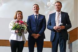 Auf diesem Bild ist der Wahlsieger der OB-Wahl 2021 der Stadt Aalen, Frederick Brütting (Mitte), mit seiner Frau Yeliz Ayvaz-Brütting (links) und Oberbürgermeister Thilo Rentschler zu sehen.