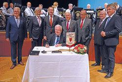 Oberbürgermeister a. D. Ulrich Pfeifle, Landrat Klaus Pavel, OB Thilo Rentschler, Dr. Rudolf Seiters (sitzend), Dr. Lorenz Menz, Dr. Eberhard Schwerdtner, Gustav Wabro und Winfried Mack.