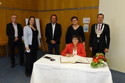 Saskia Esken (vo.) trägt sich ins Goldene Buch der Stadt ein. V.li. Jürgen Pitl, Prof. Dr. Doris Aschenbrenner, Karl Frank, Leni Breymaier und OB Thilo Rentschler.