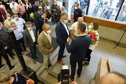 Auf diesem Foto ist Frederick Brütting, der Wahlsieger der OB-Wahl 2021, im Foyer des Aalener Rathauses zu sehen. Zahlreiche Gratulanten kamen, um ihm Erfolg zu wünschen.