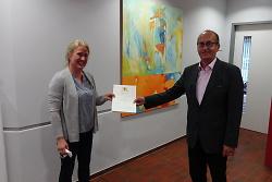 Berit Ladenburger (li.) bekam von Bürgermeister Karl-Heinz Ehrmann die Lebensretter-Urkunde verliehen.