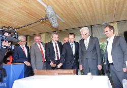 Oberbürgermeister Thilo Rentschler und Rektor Prof. Schneider schneiden die Torte an