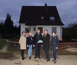 v.l.n.r. Architektin Tanja Diemer, Johanna Neher, Stefan Neher, Baubürgermeister Wolfgang Steidle und Innenentwicklungsmanagerin Ann-Kathrin Schneele.