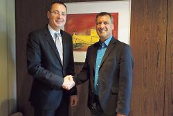 Oberbürgermeister Thilo Rentschler gratuliert Joachim Schürg zur Wahl zum Stellv. Amtsleiter.