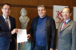 V.l.n.r. Oberbürgermeister Thilo Rentschler, Intendant Tonio Kleinknecht, Bürgermeister Karl-Heinz Ehrmann nach der Vertragsunterzeichung im Amtszimmer des Oberbürgermeisters