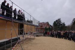 OB Thilo Rentschler und Ortsvorsteher Jürgen Opferkuch haben beim Richtfest das Konzept des Neubaus des Gemeindezentrums gelobt.