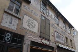 Das Künstlerkollektiv K hat die Fassade des Hauses in der Rittergasse mit Motiven der Aalener Stadtgeschichte gestaltet.