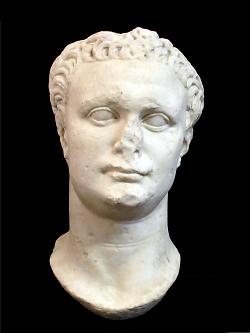 Auf diesem Bild ist die Büste von Kaiser Domitian im Limesmuseum Aalen zu sehen.