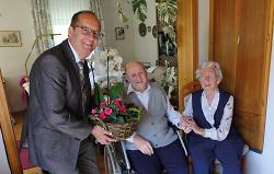 Bürgermeister Karl-Heinz Ehrmann gratulierte dem Ehepaar Kaiser.
