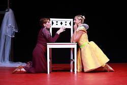 Auf diesem Bild sind Diana Wolf und Julia Sylvester vom Theater der Stadt Aalen in Romeo und Julia zu sehen.