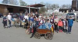 Das Gestüt Weidenfeld beteiligte sich auch an der Flurputzete und hat zum Abtransport des Mülls sogar zwei Esel eingesetzt.