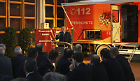Bürgermeister Fehrenbacher vor dem neuen Gerätewagen Atemschutz