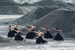 Auf diesem Bild ist das Ballett des Theaters Pforzheim in einem Kieswerk zu sehen.
