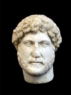 Auf diesem Bild ist die Büste von Kaiser Hadrian im Limesmuseum zu sehen