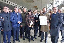IHK Präsident Carl Trinkl (r.) und Oberbürgermeister Thilo Rentschler (2.v.r.) feiern mit Vertretern aus Wirtschaft und Politik das Richtfest.