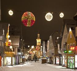 Weihnachtsbeleuchtung auf dem Marktplatz und Spion-Rathaus in Aalen