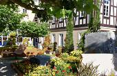 Die Gärtnerei Goldammer hat mit dem Steinmetzbetrieb Haschka den Platz an der Ritterschule gestaltet.