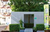 Kurt Gläss hat mit seinem Landschaftsbaubetrieb unterstützt von der Firma Franz Traub aus Ebnat ein Gartenzimmer auf dem Spritzenhausplatz eingerichtet mit einem riesigen Baum als natürlichem Dach und Schattenspender.