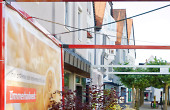 Die Baumschule Weber hat sowohl im Mercatura wie auch in der Mittelbachstraße und in der Beinstraße unter dem Motto Wurzel des Handwerks zusammen mit der Firma Metallbau Brendle blühende Kuben verwirklicht.