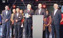 Oberbürgermeister Thilo Rentschler eröffnete gemeinsam mit Landrat Klaus Pavel (rechts) und Pfarrer Bernhard Richter das 33. Internationale Festival.
