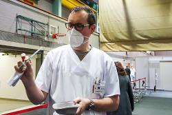 Auf diesem Bild ist Peter Schmidt, der ärztliche Leiter im Kreisimpfzentrum Ostalbkreis, zu sehen, der eine Spritze mit dem Corona-Impfstoff in der Hand hält.