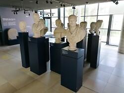 Auf diesem Bild sind die Büsten diverser römischer Kaiser im Limesmuseum Aalen zu sehen.
