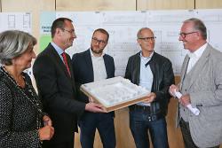 Oberbürgermeister Thilo Rentschler mit dem 1. Preisträger