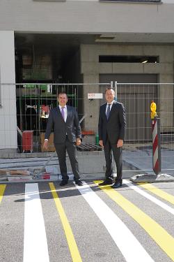 Oberbürgermeister Thilo Rentschler und Erster Bürgermeister Wolfgang Steidle begutachten den ersten Teil der Markierung.