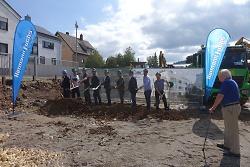 Beim Spatenstich gaben Erster Bürgermeister Wolfgang Steidle und die am Bau Beteiligten den Startschuss für den Bau von 52 zentrumsnahen Wohnungen.