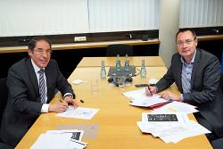 OB Bernhard Ilg (li.) und OB Thilo Rentschler haben die Kooperationsvereinbarung unterschrieben.