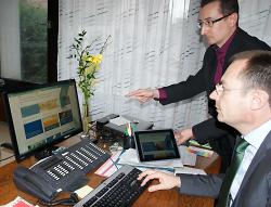 Internetbeauftragter Ralf Abele zeigt Oberbürgermeister Thilo Rentschler die neuen Seiten