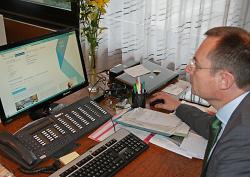 Oberbürgermeister Thilo Rentschler klickt durch die neuen Seiten