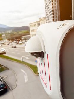 Installation von Parkplatz-Sensoren für das intelligente Parkleitsystem.